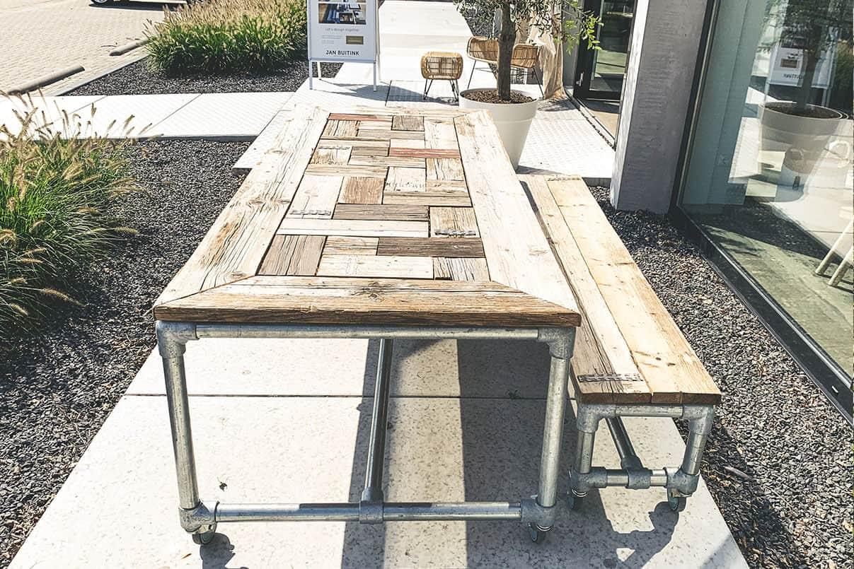 Moderne tafel op simvlak betonplaten