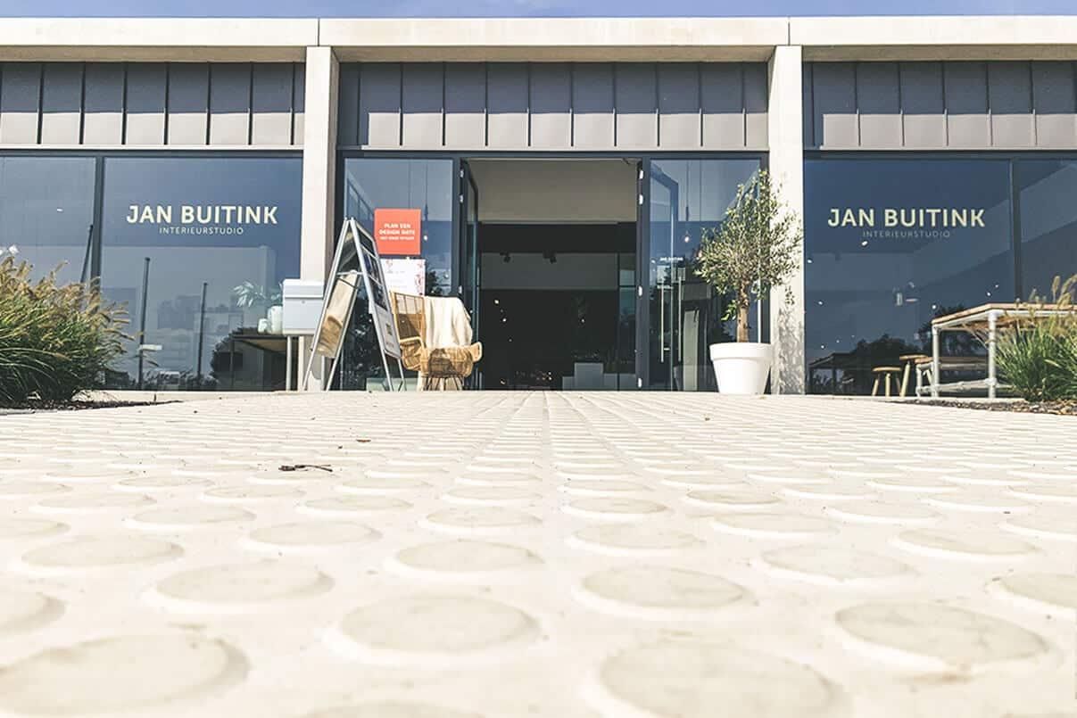 Simnop betonplaten naar ingang