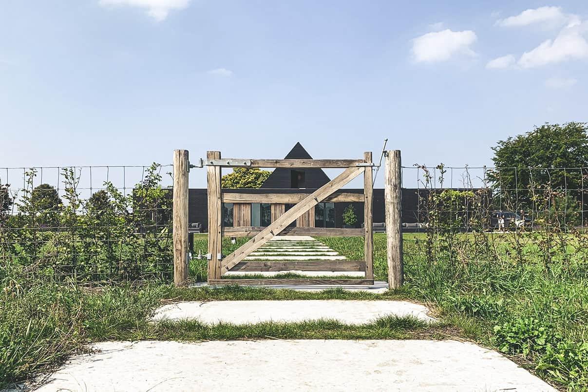 Betonnen looppad Industriële nog moderne voordeur opstap | Simbeton.nl