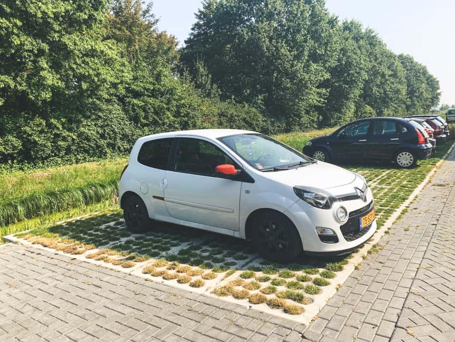 Waterdoorlatende grasplaten voor een parkeerplaats