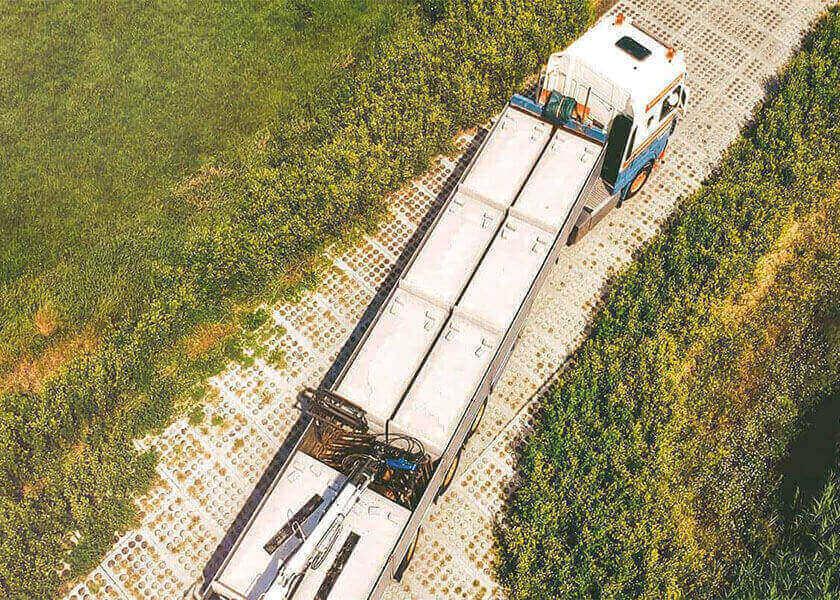 Kavelpad met betonplaten voor zwaarverkeer